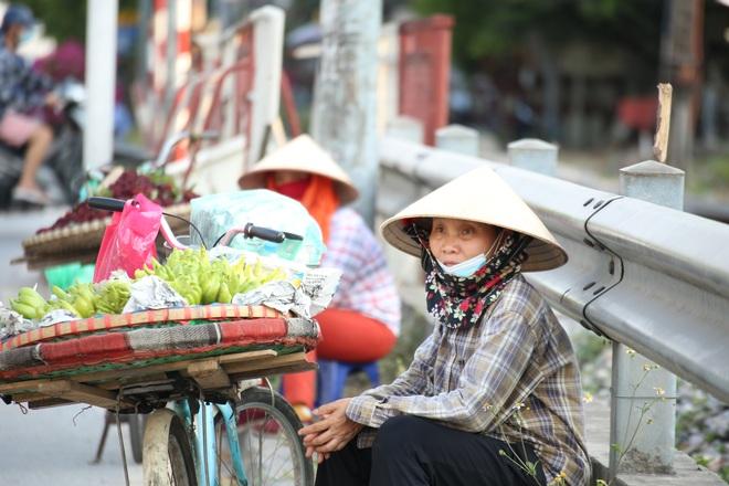 Hà Nội: Những gánh hàng rong mưu sinh dưới nắng nóng 40 độ C - 4
