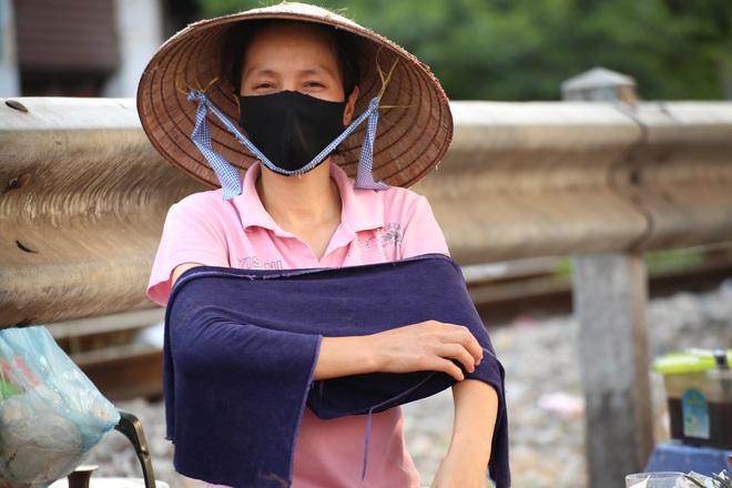 Hà Nội: Những gánh hàng rong mưu sinh dưới nắng nóng 40 độ C - 3