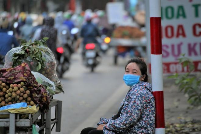 Hà Nội: Những gánh hàng rong mưu sinh dưới nắng nóng 40 độ C - 7