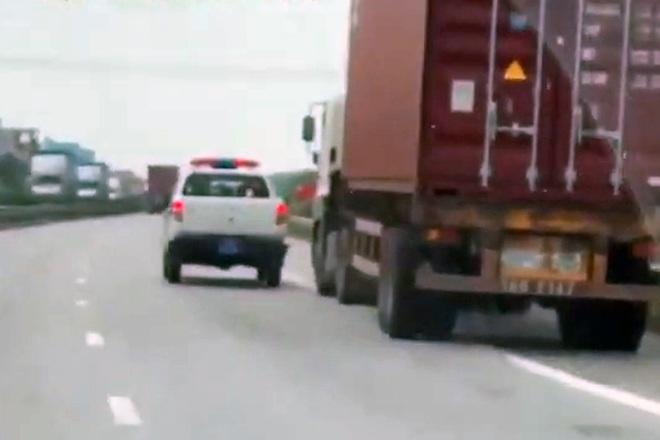 Xe container đánh võng như phim hành động hòng thoát CSGT - 1