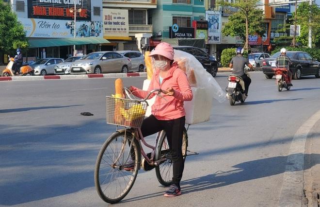 Hà Nội: Những gánh hàng rong mưu sinh dưới nắng nóng 40 độ C - 6