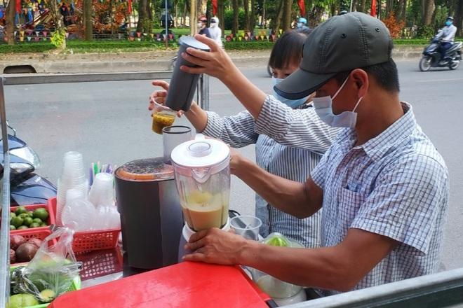 Hà Nội: Những gánh hàng rong mưu sinh dưới nắng nóng 40 độ C - 2