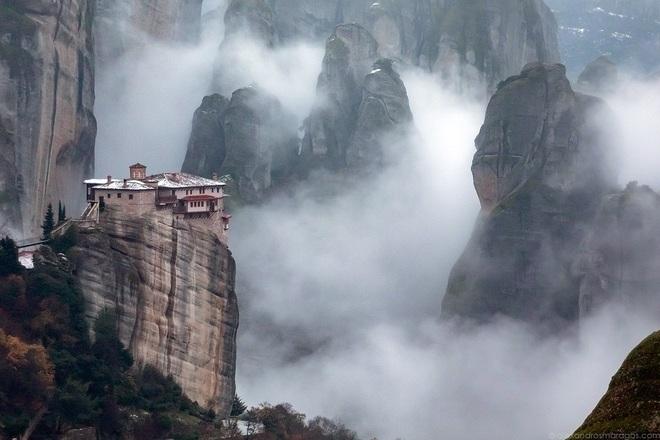 Tu viện 700 năm tuổi lơ lửng trên không trung - 3