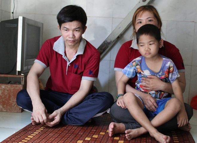 Thương cậu bé 6 tuổi chống chọi với ung thư, cha bị bệnh tật quật ngã - 1