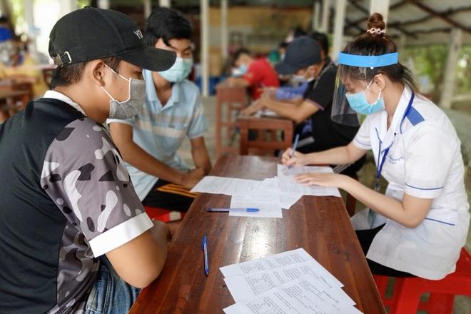 Nữ sinh viên tình nguyện ngày, đêm cắm chốt phòng, chống dịch Covid-19 - 4