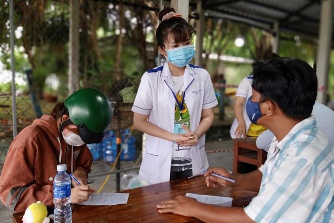 Nữ sinh viên tình nguyện ngày, đêm cắm chốt phòng, chống dịch Covid-19 - 5