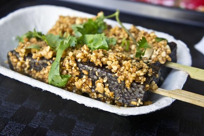 Độc lạ món bánh nổi tiếng được làm từ tiết lợn - 1