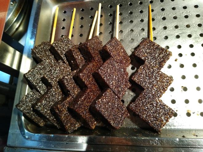 Độc lạ món bánh nổi tiếng được làm từ tiết lợn - 2