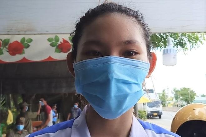 Nữ sinh viên tình nguyện ngày, đêm cắm chốt phòng, chống dịch Covid-19 - 3