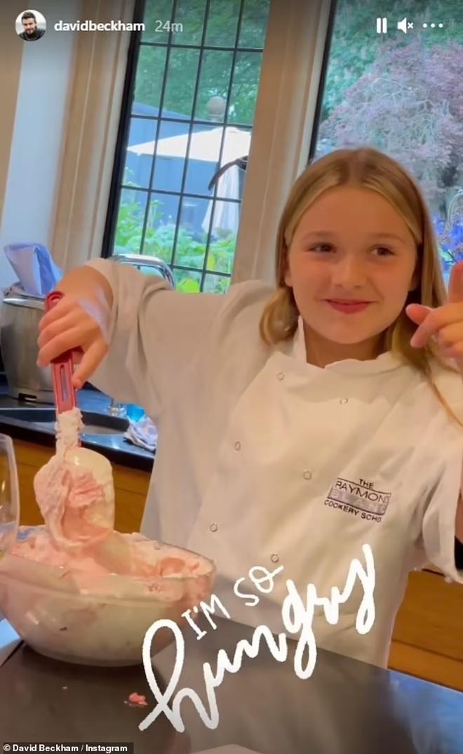 Ngọt ngào khoảnh khắc David Beckham cùng làm bánh với con gái - 2