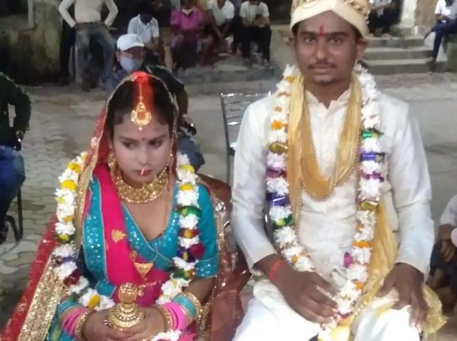 Bị phản đối kết hôn, cặp đôi Ấn Độ đến… đồn cảnh sát làm đám cưới - 1