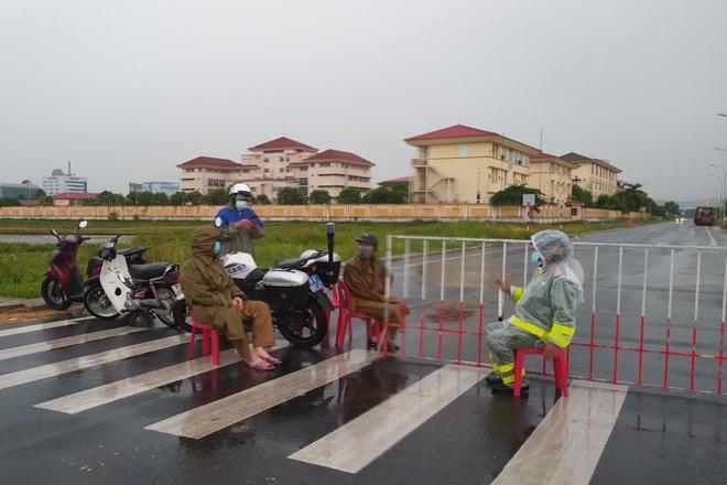 TP Hà Tĩnh phong tỏa 500 hộ dân, tạm dừng dịch vụ ăn uống, cắt tóc, gội đầu - 3