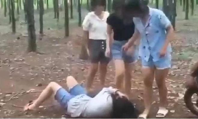 Nữ sinh bị bạn đánh hội đồng dã man vì không trả lời tin nhắn rủ đi ăn sáng - 1