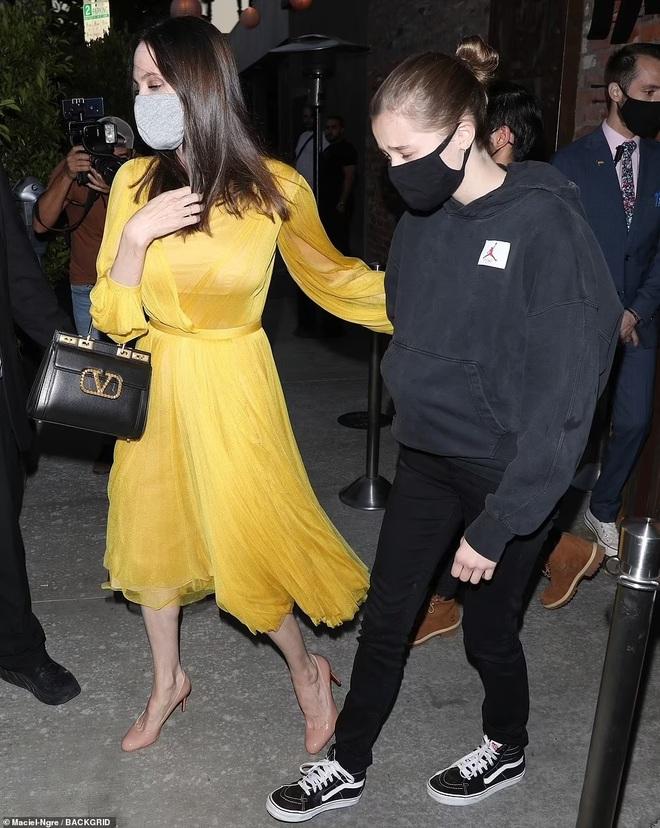Angelina Jolie mặc váy vàng rực đi ăn mừng sinh nhật cùng 6 người con - 2