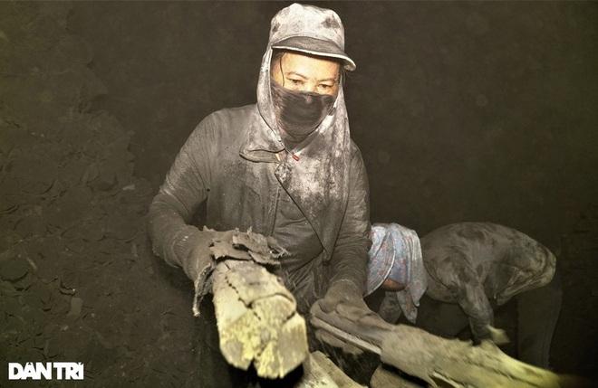 Những người phụ nữ tay phồng rộp, vai trầy xước và lấm lem vì than - 2