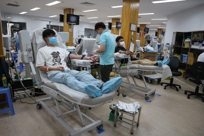 Người dân Sài Gòn rủ nhau đi hiến máu trong tâm thế 5K - 3