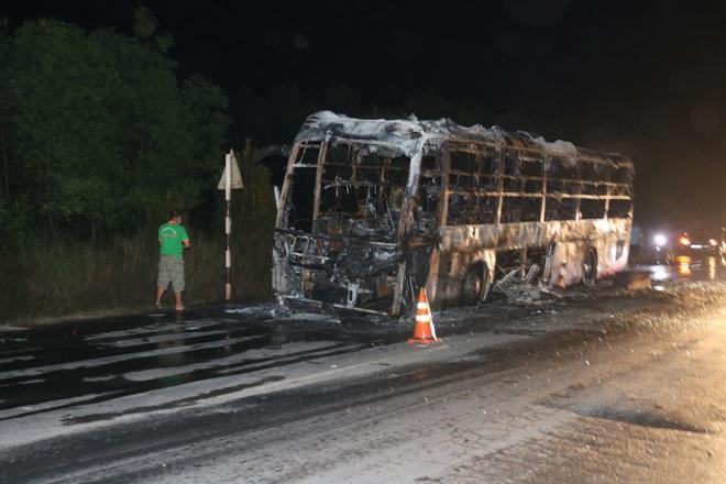 Xe giường nằm cháy trơ khung khi đang lưu thông trên quốc lộ - 1