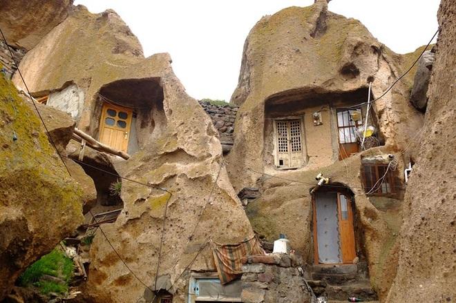Những ngôi nhà kỳ lạ xây trong núi đá đã 700 năm tuổi - 3