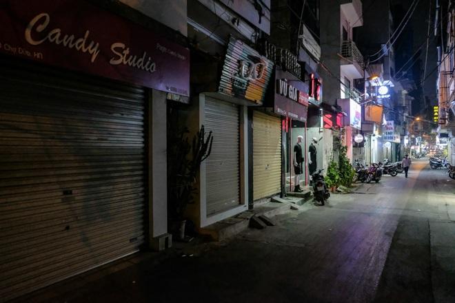 Những con phố thời trang ở Hà Nội: Ngày ế ẩm, tối tắt đèn đi ngủ sớm - 16