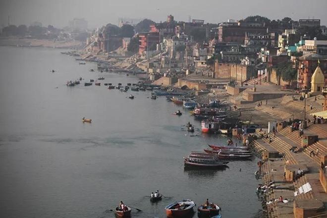 Sông Hằng chuyển màu xanh bất thường, dân Ấn Độ phát hoảng - 1