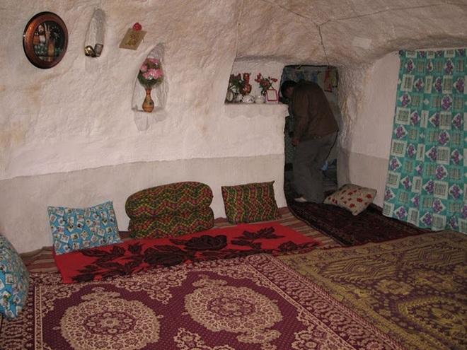 Những ngôi nhà kỳ lạ xây trong núi đá đã 700 năm tuổi - 7