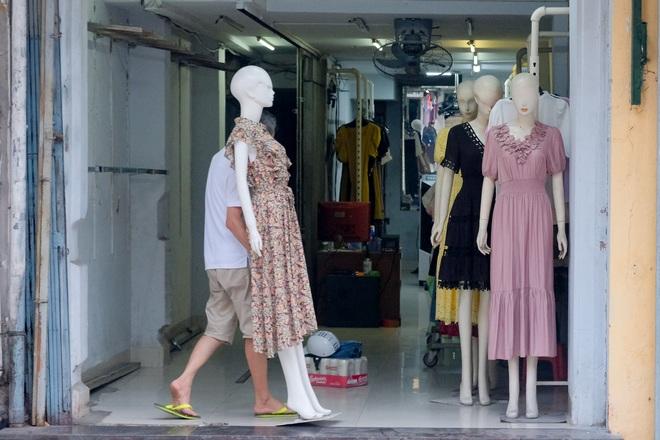 Những con phố thời trang ở Hà Nội: Ngày ế ẩm, tối tắt đèn đi ngủ sớm - 3
