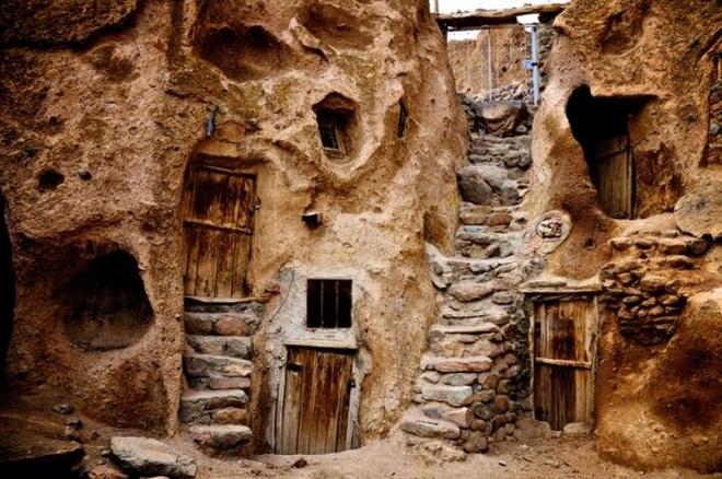 Những ngôi nhà kỳ lạ xây trong núi đá đã 700 năm tuổi - 4