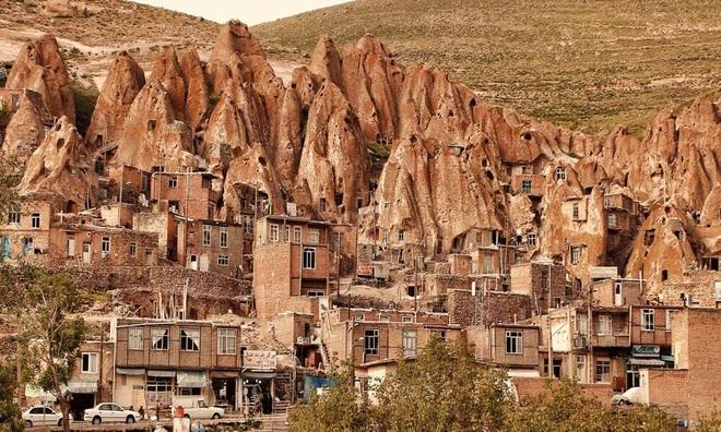Những ngôi nhà kỳ lạ xây trong núi đá đã 700 năm tuổi - 1