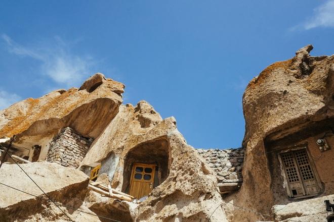 Những ngôi nhà kỳ lạ xây trong núi đá đã 700 năm tuổi - 2