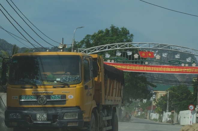 Dân bức xúc vì xe quá tải ra vào mỏ đá gây mất an toàn - 3