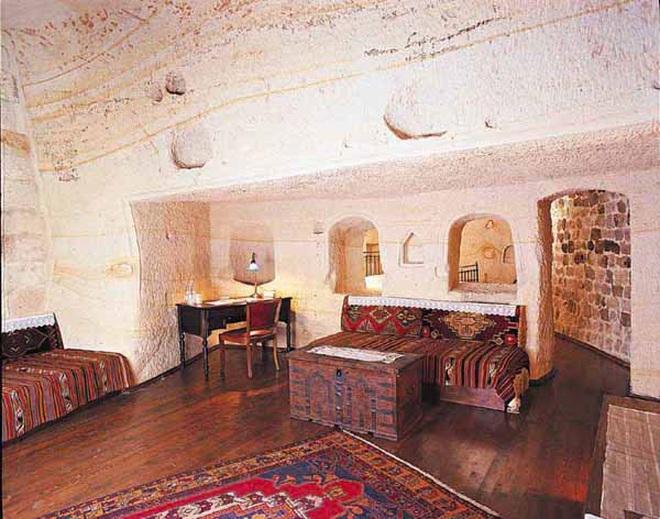 Những ngôi nhà kỳ lạ xây trong núi đá đã 700 năm tuổi - 8