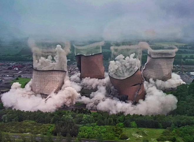Khoảnh khắc 4 tháp nhà máy điện Anh bị đánh sập trong tích tắc - 1