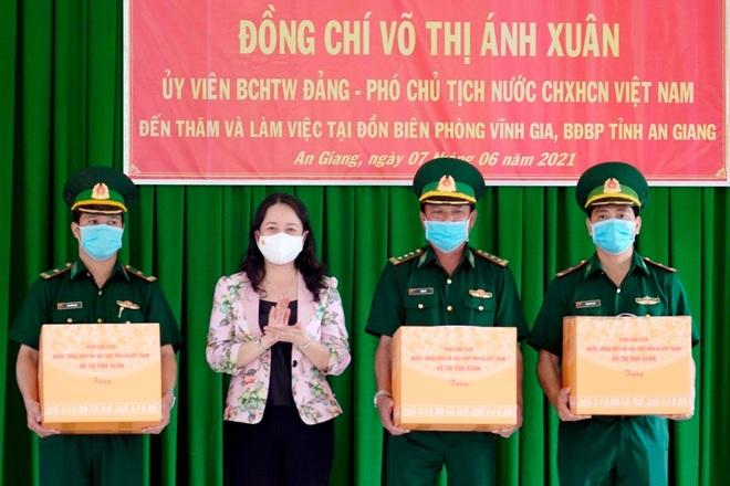 Phó Chủ tịch nước thăm lực lượng chống dịch tại An Giang - 1