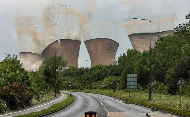 Khoảnh khắc 4 tháp nhà máy điện Anh bị đánh sập trong tích tắc - 2