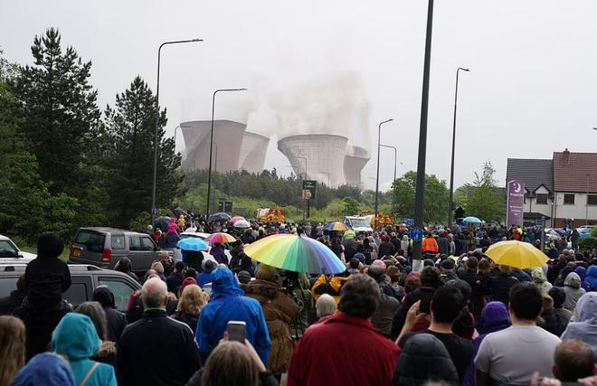 Khoảnh khắc 4 tháp nhà máy điện Anh bị đánh sập trong tích tắc - 5
