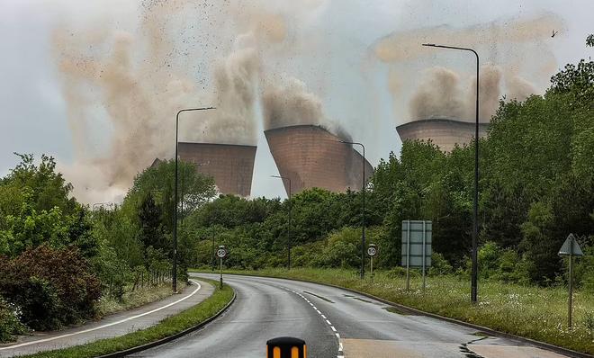 Khoảnh khắc 4 tháp nhà máy điện Anh bị đánh sập trong tích tắc - 3