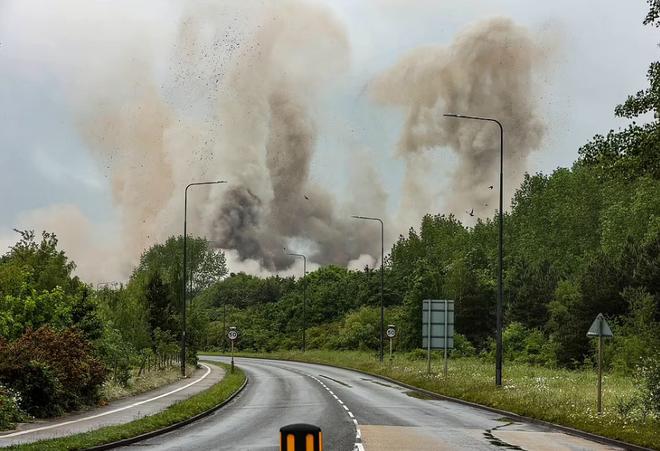Khoảnh khắc 4 tháp nhà máy điện Anh bị đánh sập trong tích tắc - 7