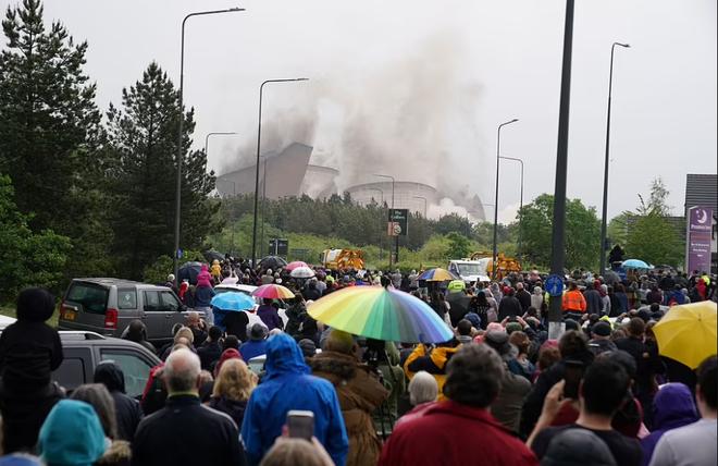 Khoảnh khắc 4 tháp nhà máy điện Anh bị đánh sập trong tích tắc - 6