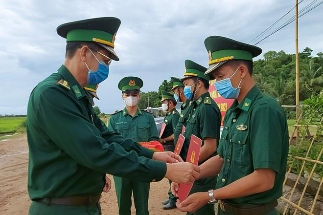 Lễ trao quyết định thăng quân hàm đặc biệt ở chốt phòng dịch - 1