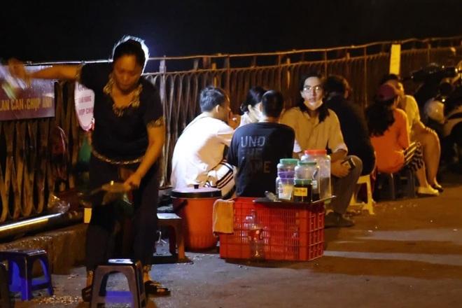 Bất chấp khuyến cáo dịch: Giới trẻ vẫn tụ tập đông nghịt trên cầu Long Biên - 4