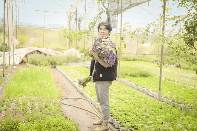 Chàng trai Lâm Đồng thuê đất trồng hoa thơm, doanh thu 80 triệu đồng/tháng - 1