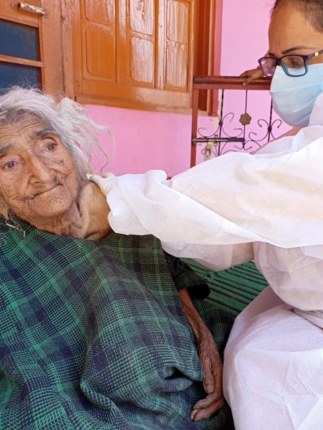 Cụ bà già nhất thế giới được tiêm vắc xin Covid-19 - 1