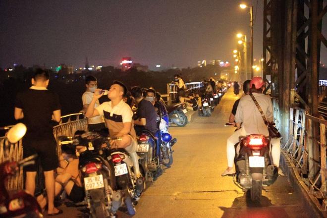 Bất chấp khuyến cáo dịch: Giới trẻ vẫn tụ tập đông nghịt trên cầu Long Biên - 1