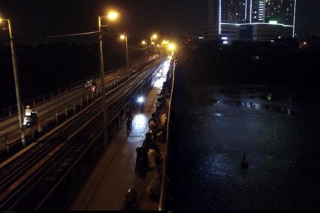 Bất chấp khuyến cáo dịch: Giới trẻ vẫn tụ tập đông nghịt trên cầu Long Biên - 3