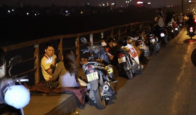 Bất chấp khuyến cáo dịch: Giới trẻ vẫn tụ tập đông nghịt trên cầu Long Biên - 5