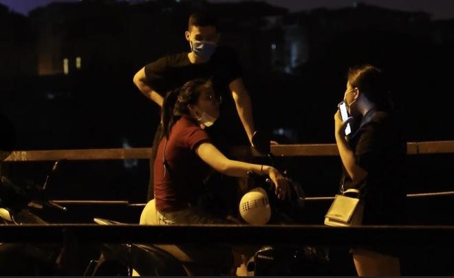 Bất chấp khuyến cáo dịch: Giới trẻ vẫn tụ tập đông nghịt trên cầu Long Biên - 6