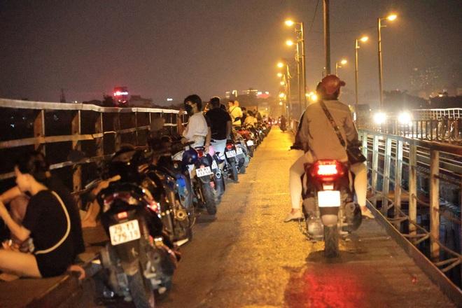 Bất chấp khuyến cáo dịch: Giới trẻ vẫn tụ tập đông nghịt trên cầu Long Biên - 7