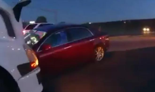 Hai bé gái 9 tuổi và 4 tuổi trộm ô tô của bố mẹ để lái đi chơi biển - 1