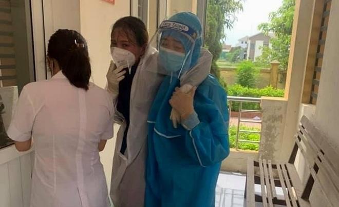 Hà Tĩnh: Nữ điều dưỡng ngất xỉu vì kiệt sức khi lấy mẫu xét nghiệm Covid-19 - 1
