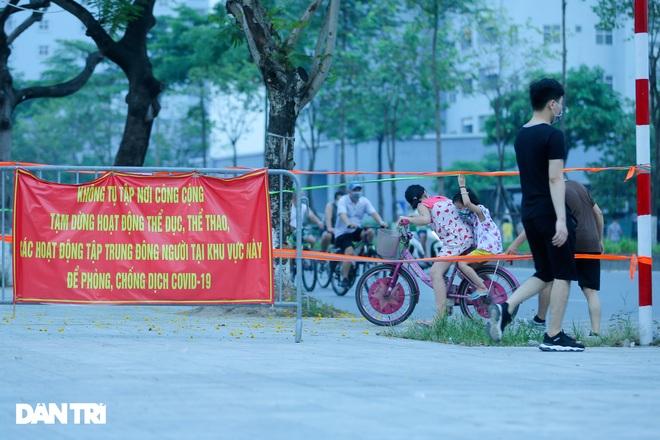 Hồ Gươm bị cấm, dân Hà Nội đổ ra chật kín đường ven hồ Tây đạp xe, chạy bộ - 15